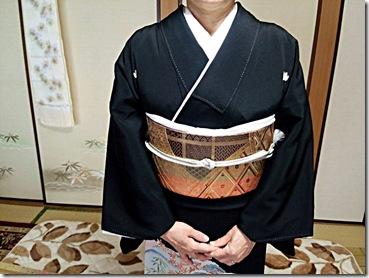 ゴールドの帯に黒留袖の出張着付 (3)