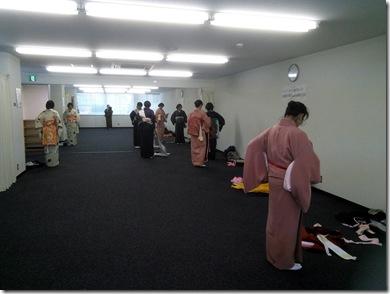 リビングカルチャーで礼装着の着付練習 (2)