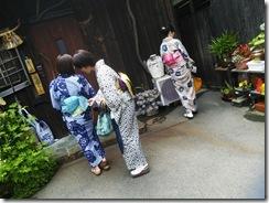 着物で和菓子グランプリ受賞の神楽へ和菓子作りに (10)