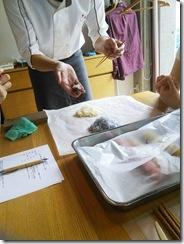 着物で和菓子グランプリ受賞の神楽へ和菓子作りに (3)