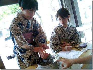着物で和菓子グランプリ受賞の神楽へ和菓子作りに (5)