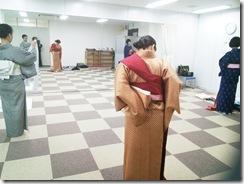 暑い時期にリビングカルチャーで着物の着付け練習を (2)