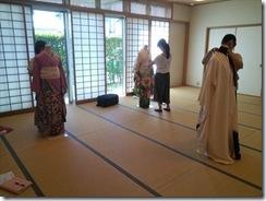 着付師スタッフと他装着付コースの振袖着付け練習 (2)