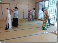 着付師スタッフと他装着付コースの振袖着付け練習(*^_^*)♪