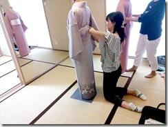 美和きもの教室で着物の他装着付練習 (3)