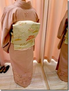 菊の刺繍も素敵な着物にもみじの帯を