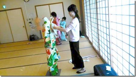 成人式に向けて振袖着付のスタッフ練習会 (2)