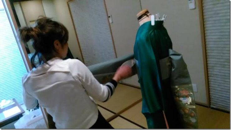 美容師さん成人式の振袖着付練習 (2)