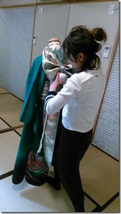 美容師さん成人式の振袖着付練習 (1)