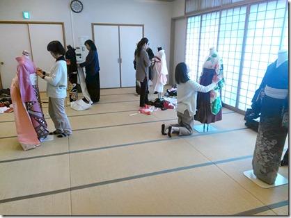 卒入学シーズンに向けて袴着付の練習も (3)