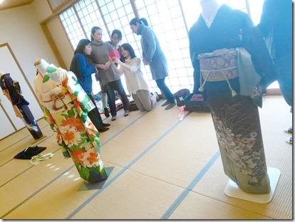卒入学シーズンに向けて袴着付の練習も (1)