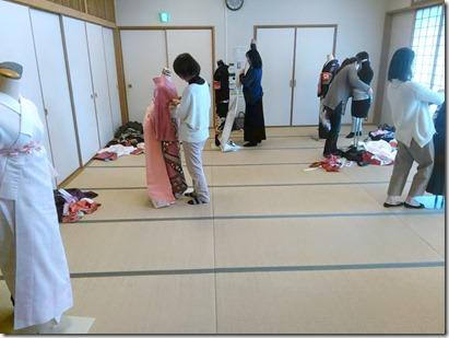 卒入学シーズンに向けて袴着付の練習も (4)