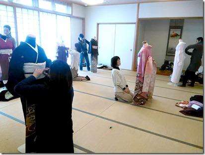 卒入学シーズンに向けて袴着付の練習も (2)