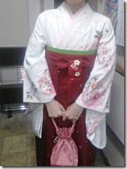大学の卒業式に袴姿で (4)