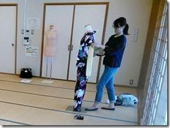 実践 着付師からバランスの良い美しい着付を学ぶ (2)
