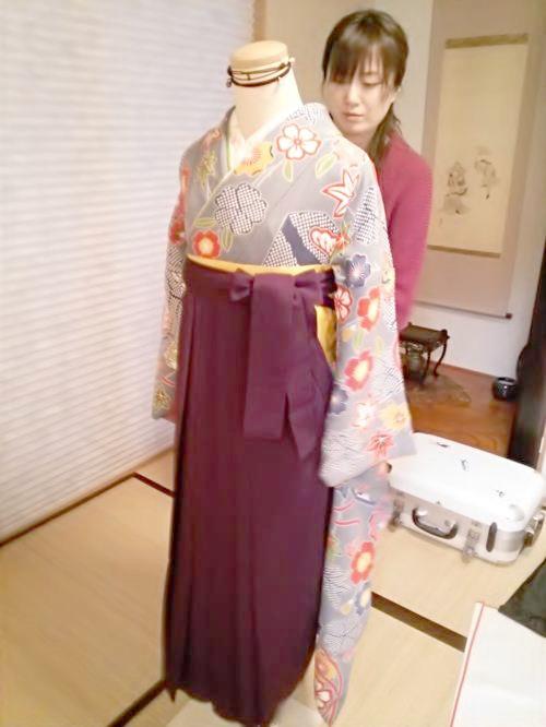 卒業式シーズンに向けて袴の着付練習(*^_^*)♪
