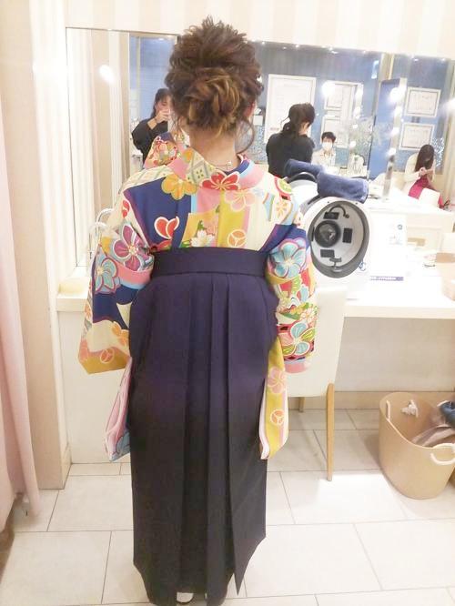 卒業式に色鮮やかな着物に袴で