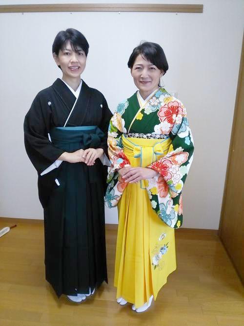 ご友人と袴姿で卒業式に (1)